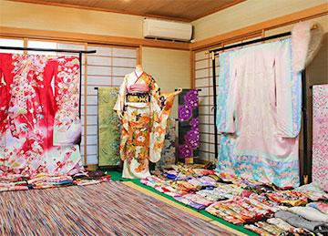 井澤屋の店内画像 井澤屋は振袖、呉服の専門店です。エレガント・スイート・クラシックの3タイプございます。お着物のリメイクも賜っております。
